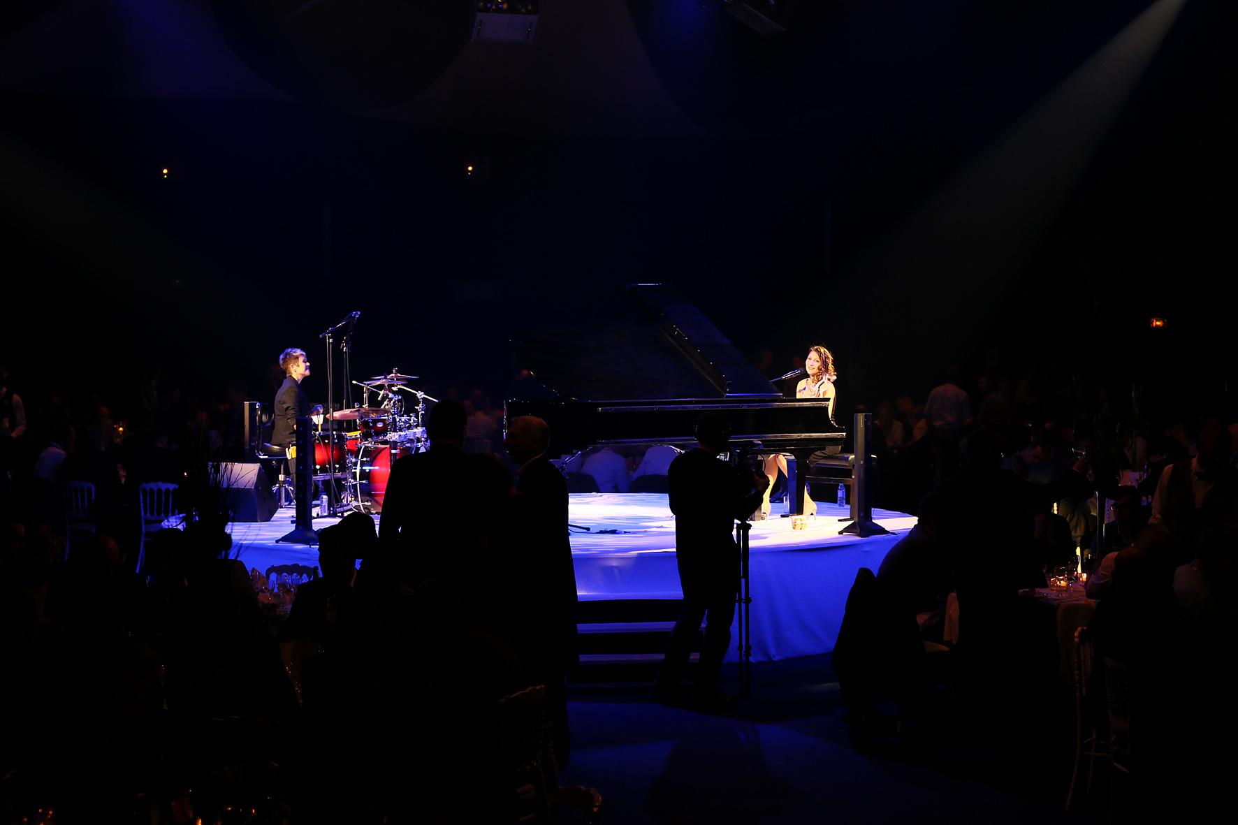 LIA REYNA & Drummerin Marion M. Wetzel @ Disneyland Paris Feb. 2015 (Foto Paul Ridderhof)