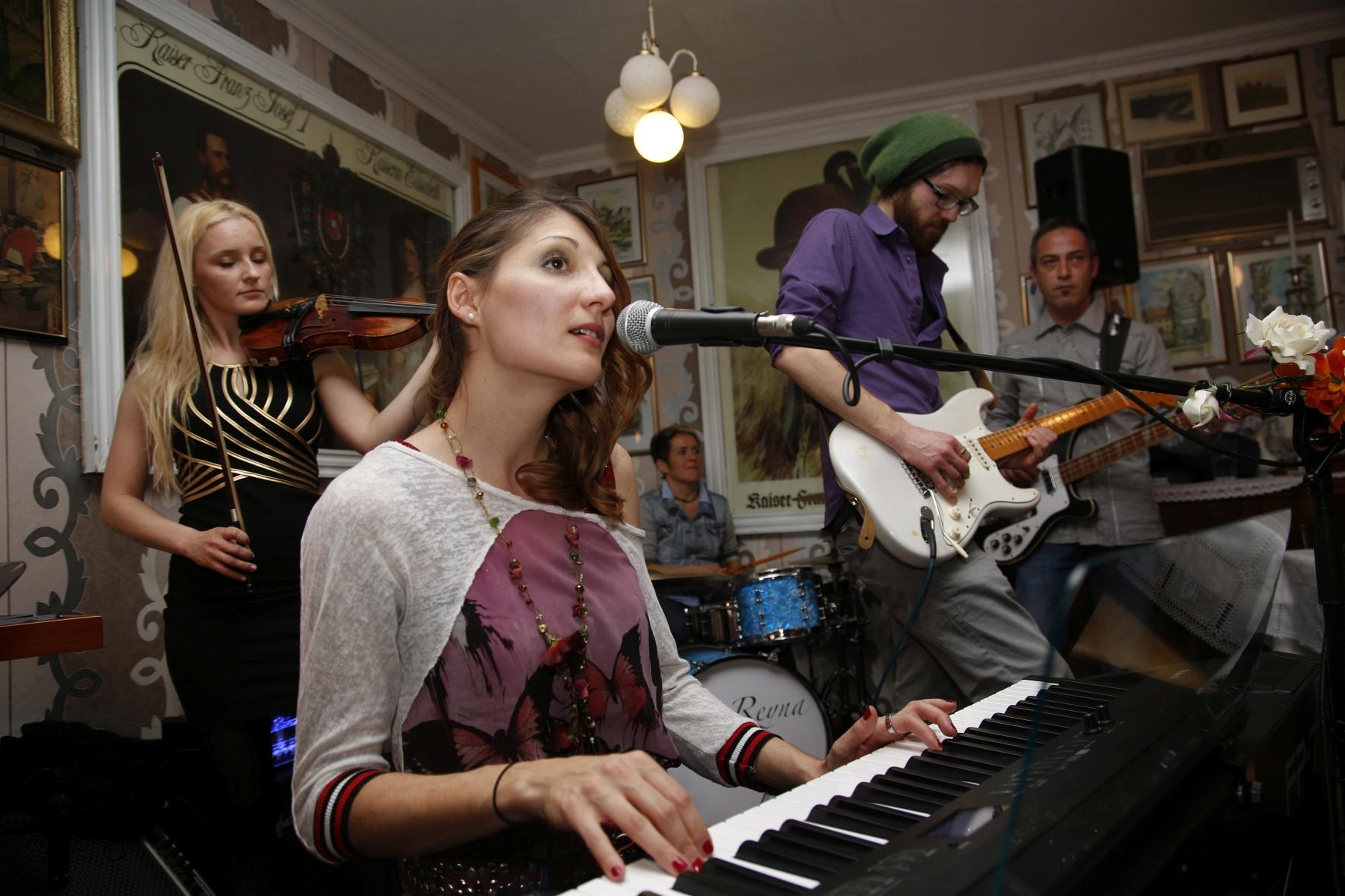 LIA REYNA + BAND @ Munderkinger Musiknacht (Foto Herbert Geiger)