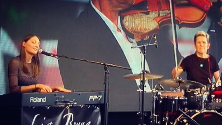 Lia Reyna + Drummerin live